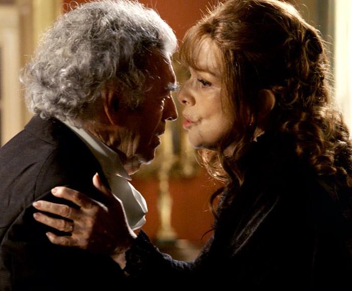 Quanta maldade! Vitória revela ao Conde que Bernardo não é seu filho (Foto: TV Globo)
