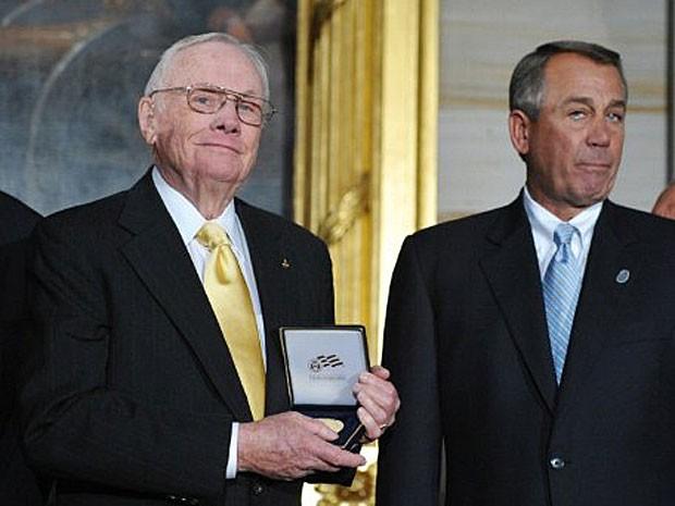 O primeiro homem na Lua, Neil Armstrong, recebe o reconhecimento do congresso americano (Foto: CHIP SOMODEVILLA / GETTY IMAGES NORTH AMERICA / AFP)