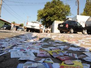 Ruas cheias de santinhos em Limeira (Foto: Maurício Gil/G1)