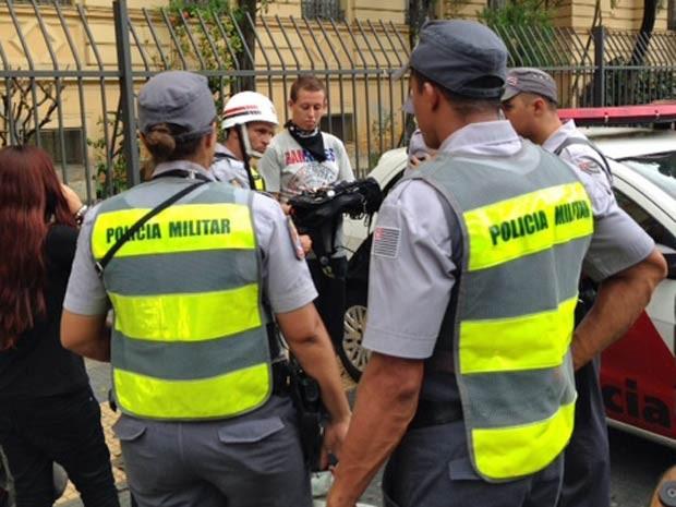 Policiais revistam manifestante na Praça da República (Foto: Paulo Toledo Piza/G1)