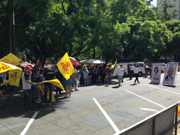 Servidores protestam do lado de fora do Palácio Piratini (Foto: Josmar Leite/RBS TV)
