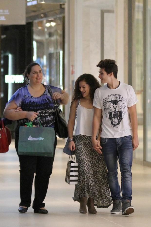 Lívian Aragão com o namorado e mãe (Foto: Fabio Moreno/Agnews)