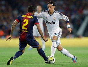 daniel alves ozil barcelona x real madrid (Foto: AP)