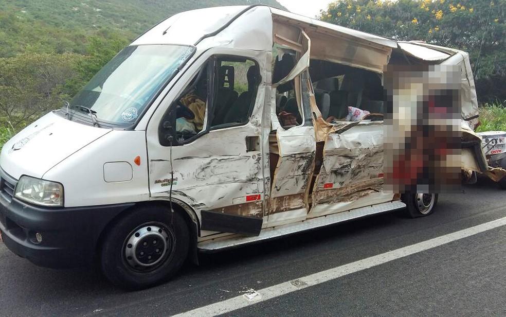 Acidente entre van e carreta deixou quatro mortos na BR-242, em Seabra, na manhã desta terça-feira (18) (Foto: PRF/ Divulgação)