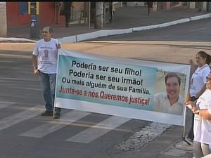 Família de jovem que foi morto em boate faz ato no Centro de Rio Branco (Foto: Reprodução/Rede Amazônica Acre)