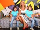Val Marchiori abre sua casa e posa com os filhos Eike e Victor