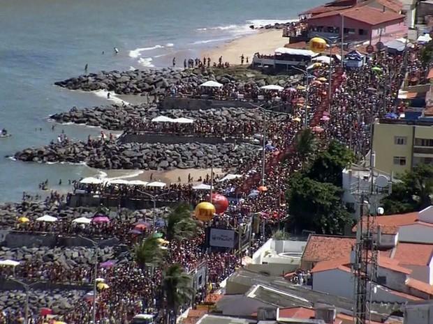 Multidão acompanha desfile das Virgens de Verdade, neste domingo, em Olinda (Foto: Reprodução / TV Globo)