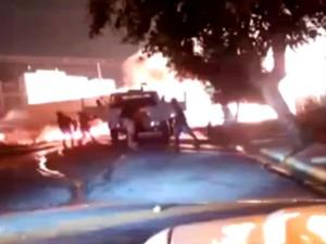 Manifestantes cercam caminhão-pipa em Itu e colocam fogo em volta (Foto: Reprodução/Internet)