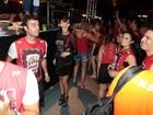 Thaila Ayala vai mascarada a camarote durante desfiles em SP