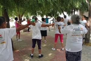 Idosos de Petrolina fazendo exercício (Foto: Henrique Almeida)