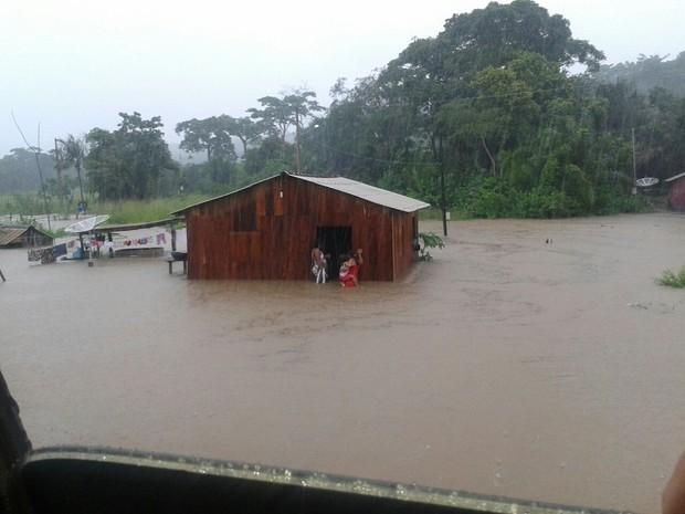 Volume da água provocou o rompimento da estrutura de um bueiro na PA 255 deixando casas e quintais inundados (Foto: Arney Barreto/TV Tapajós)