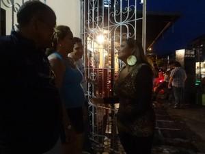 A artista faz questão de ir até a casa dos vizinhos, Cora e Evaldo, agradecer pelo apoio à equipe. (Foto: Luana Laboissiere/G1)