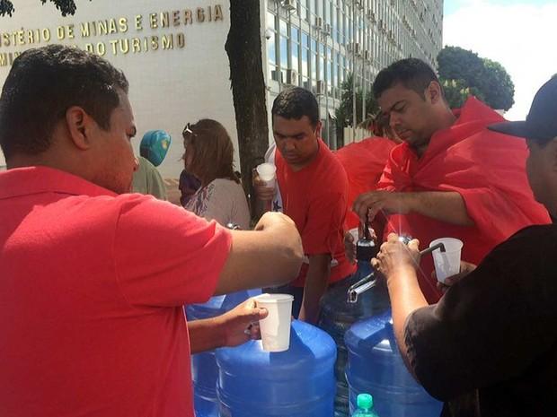 Manifestantes fazem pornto para distribuição de água para os apoiadores do governo da presidente Dilma Rousseff na Esplanada (Foto: Gabriel Luiz/G1)