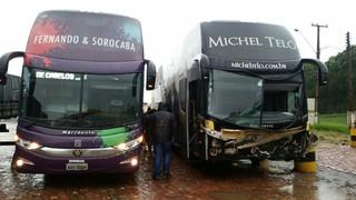 Ônibus de Fernando e Sorocaba resgata equipe de Michel Teló após acidente (Foto: Reprodução)