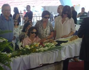 Glauce Cunha Lima, filha de Ronaldo, não saiu do lado do caixão (Foto: Rafael Melo/G1)