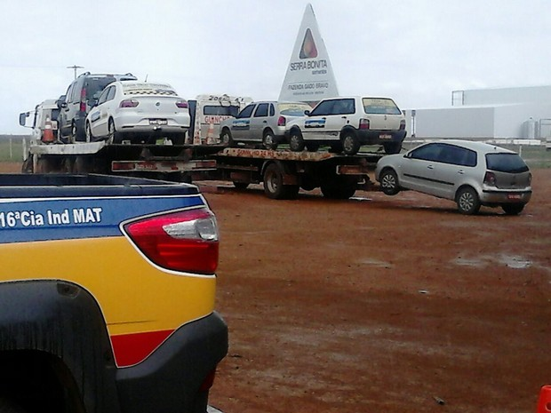 Cerca de 40 passageiros foram desembarcados dos veículos autuados. (Foto: Adelto Castro/PM)