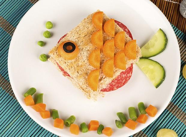 Crie um sanduíche em forma de peixe com salame, cenoura e pepino (Foto: ThinkStockPhotos)