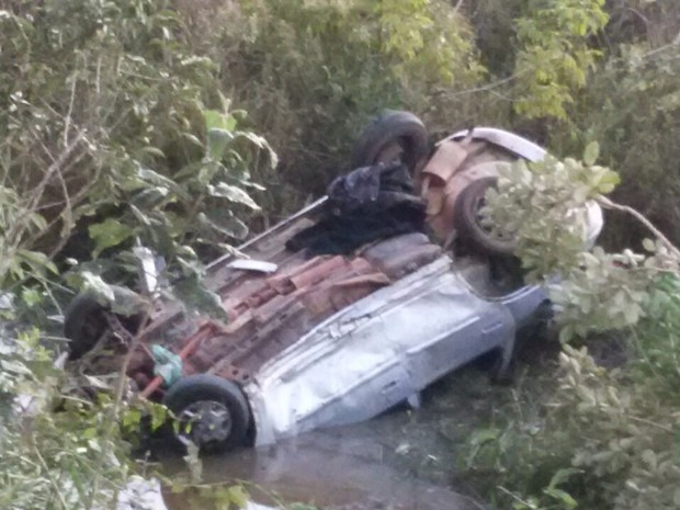 Mãe e filha morrem após carro cair em córrego de Turiúba  (Foto: Divulgação / Polícia Rodoviária )