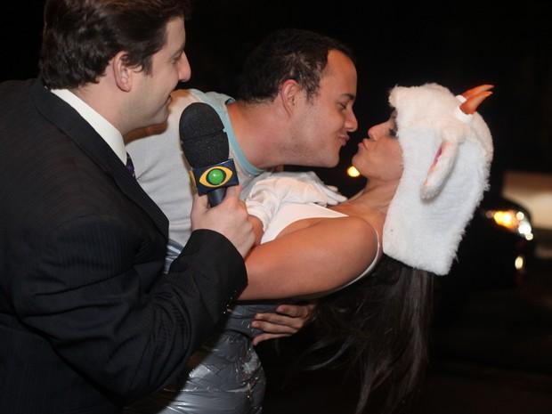 Carol Dias beija Gui Santana (Foto: Leo Franco/Agnews)