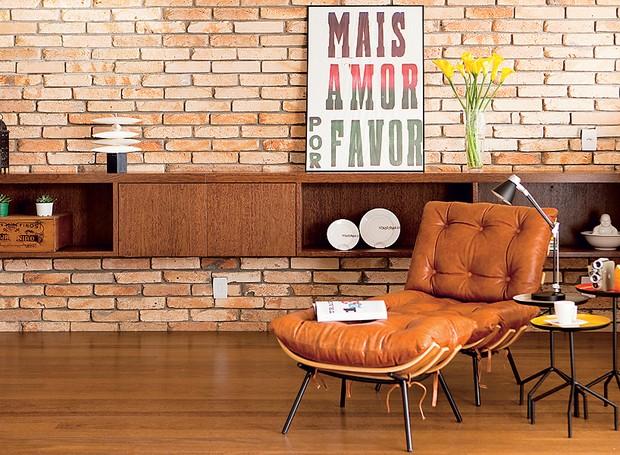 tijolos-de-demolição-sala-poltrona-arquiteta-Nicole-Finkel (Foto: Edu Castello/Editora Globo)