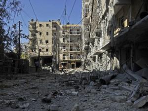 Prédios são destruídos após ataques de forças governamentais em Aleppo, na Síria (Foto: Tauseef Mustafa/AFP)