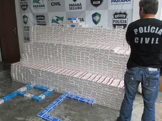 Cigarros apreendidos estavam em garagem de bar em Castro (Foto: Divulgação/Polícia Civil )