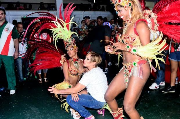 Susana Vieira rebola até o chão com as passistas em ensaio (Foto: William Oda / AgNews)