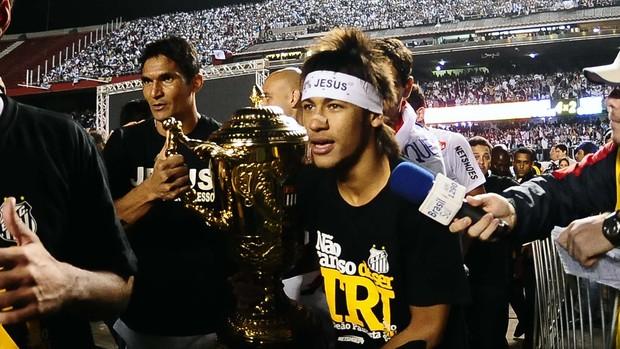Neymar com a taça de campeão (Foto: Marcos Ribolli / Globoesporte.com)