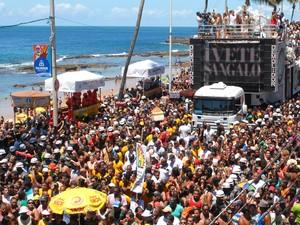 A cantora baiana Ivete Sangalo comanda o arrastão da quarta-feira de cinzas do carnaval de Salvador, no circuito Dodô (Barra/Ondina) (Foto: Romildo de Jesus/Estadão Conteúdo)