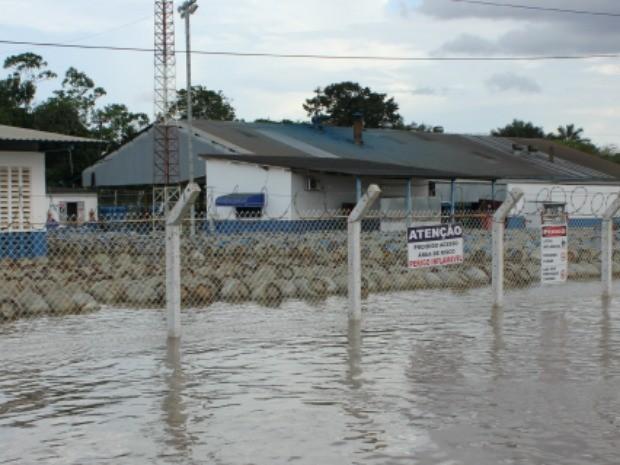 Caso o rio continue subindo, distribuição de gás pode ser prejudicada (Foto: Eliete Marques/G1)