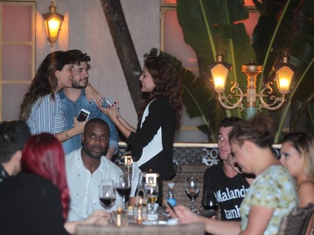Paloma Bernardi com amigos em restaurante na Zona Oeste do Rio (Foto: Marcello Sá Barretto/ Ag. News)