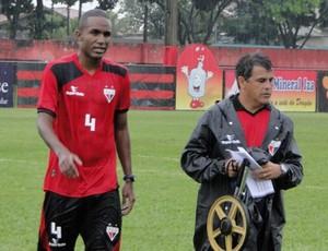 Zagueiro Leonardo, do Atlético-GO (Foto: Divulgação / Site Oficial do Atlético-GO)
