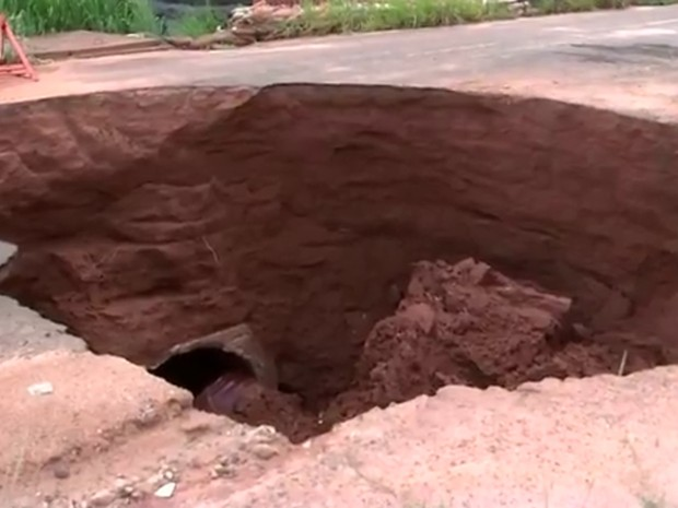 Chuvas fizeram buraco aumentar em avenida de Rio Preto  (Foto: Reprodução/ TV TEM)