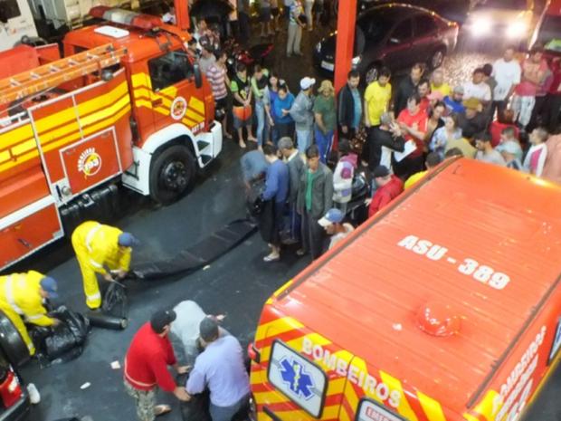 População de Campo Erê faz fila no Corpo de Bombeiros para receber lonas (Foto: Campoere.com/Divulgação)