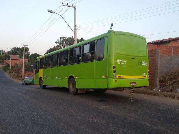 Vítima foi morta com dois tiros dentro do ônibus  (Foto: Ellyo Teixeira/ G1)