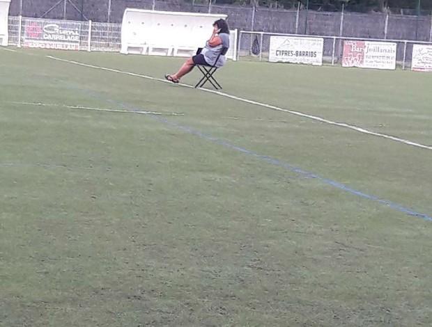 mulher invade campo e paralisa jogo na França