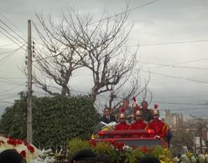 Corpo chegou ao cemitério Monte Santo em carro do Corpo de Bombeiros (Foto: Rafael Melo/G1)