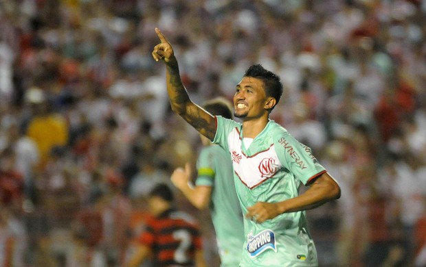 Kieza comemora gol do Náutico contra o Atlético-GO (Foto: Antônio Carneiro / Futura Press)