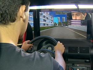 Aluno em simulador durante aula em simulador em autoescola de São José dos Campos. (Foto: Reprodução/TV Vanguarda)