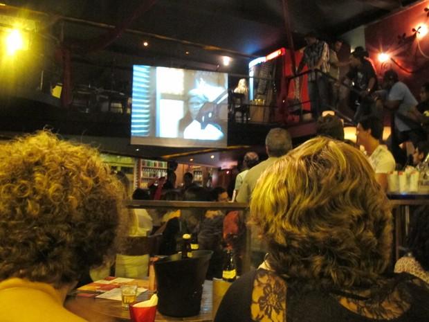 Em bar na Lapa, no Rio, fãs usam até a escada para assistirem ao último capítulo (Foto: G1/Isabela Marinho)