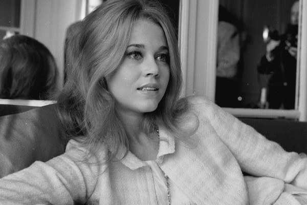 """Jane Fonda ganhou o Oscare m 1971 por Klute, bem em uma época marcada pela Guerra do Vietnã, contra a qual a atriz lutava. Os membros devem ter respirado aliviados quando ela disse: """"Há muito a se dizer, mas eu não vou dizer esta noite."""" (Foto: Getty Images)"""