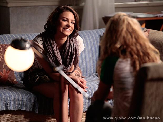 Micaela fala sobre suas dúvidas com Meg e recebe força da amiga (Foto: Pedro Curi / TV Globo)