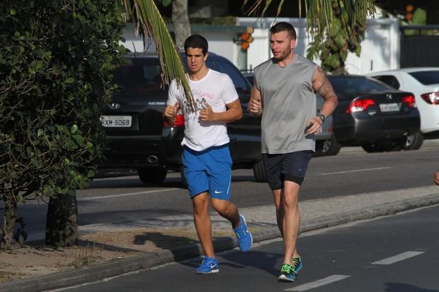 Enzo Celulari correndo na orla da Barra da Tijuca, RJ (Foto: Wallace Barbosa/AgNews)