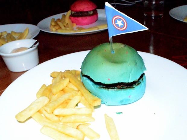 Capitão América é tema de um dos sanduíches infantis vendido em hamburgueria (Foto: Quésia Melo/G1)