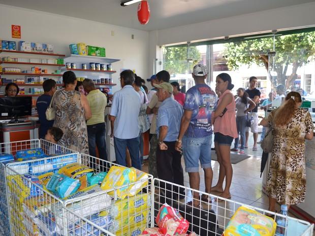 Para os comerciantes é lucrativo ser correspondente bancário, pois os clientes pagam as compras e sempre compram algo no estabelcimento. (Foto: Magda Oliveira/G1)