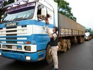 Guardas portuários e agentes da Polícia Rodoviária Federal iniciaram a abordagem de caminhoneiros nesta terça-feira (12) (Foto: Divulgação)