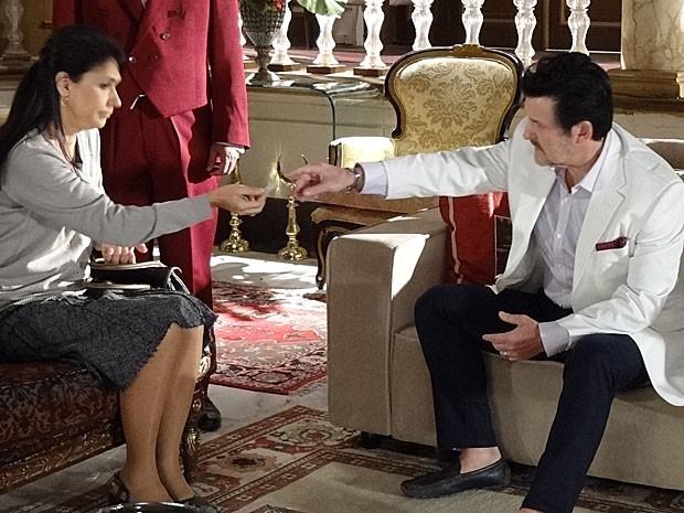 Fatma entrega bilhete para Mustafa (Foto: Salve Jorge / TV Globo)