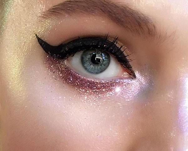 O glitter embaixo do olho é romântico (Foto: Reprodução/Instagram)