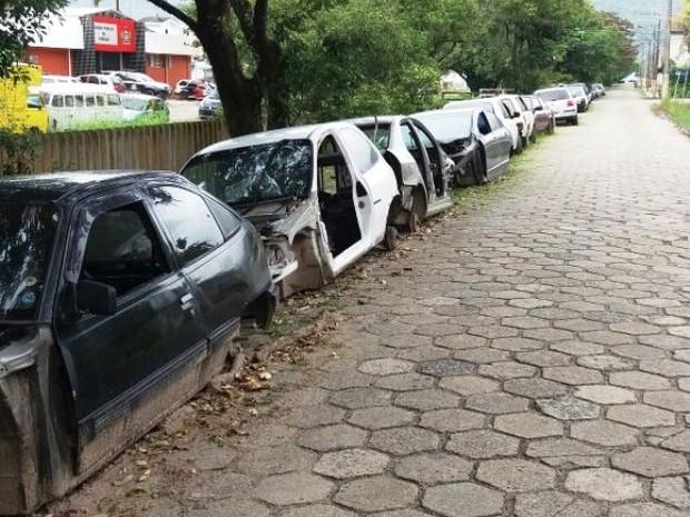 Carros apreendidos estão abandonados próximo à delegacia de Peruíbe (Foto: G1)