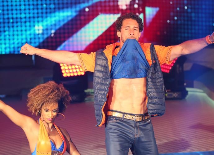 Flávio Canto mostra o tanquinho na coreografia de funk do 'Dança dos Famosos' (Foto: Carol Caminha/Gshow)